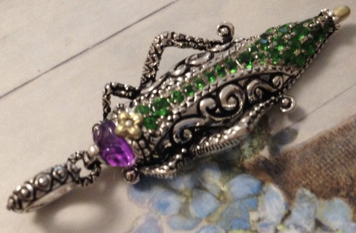 Grasshopper charm in chrome diopside and amethyst.